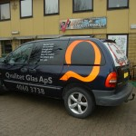 Dekoration på bil med tekster og logoet er i rød refleksfolie